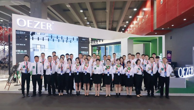 20号下午,欧哲门窗在广州建博会发布中国铝合金门窗行业安装交付标准白皮书_1
